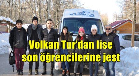 Volkan Tur'dan lise son öğrencilerine jest